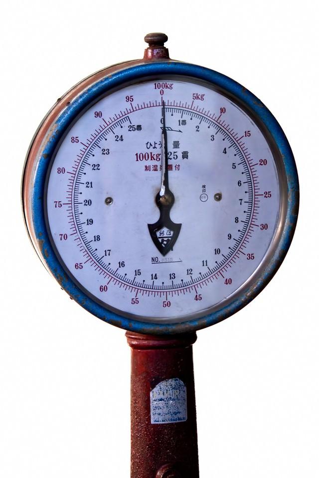 古い体重計の写真