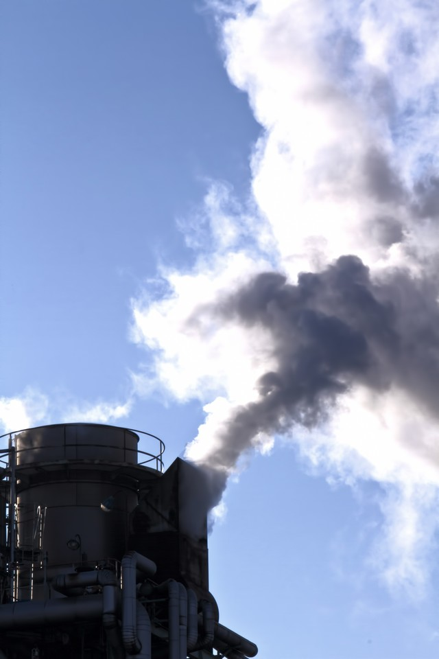 工場から出る水蒸気のような煙の写真