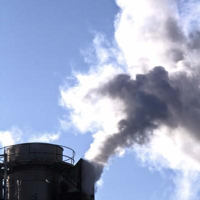「工場から出る水蒸気のような煙」の写真素材