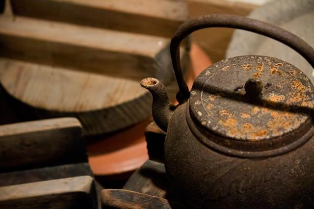 錆びた鉄瓶の写真