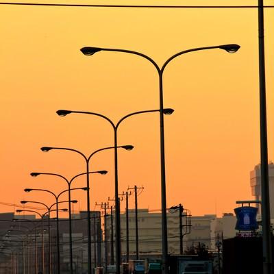産業道路と連なる街灯(夕焼け)の写真