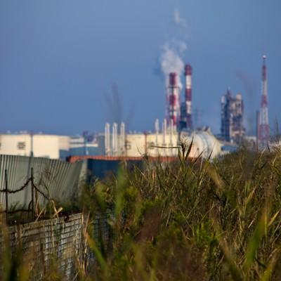 遠くに見える工業地帯の写真