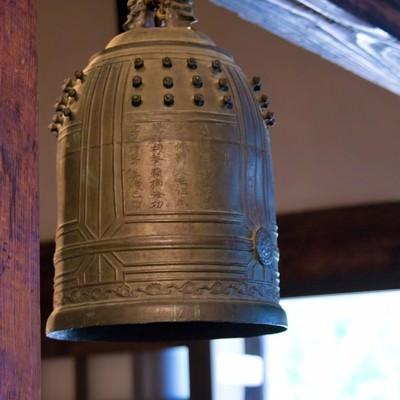 吊るされた鐘の写真