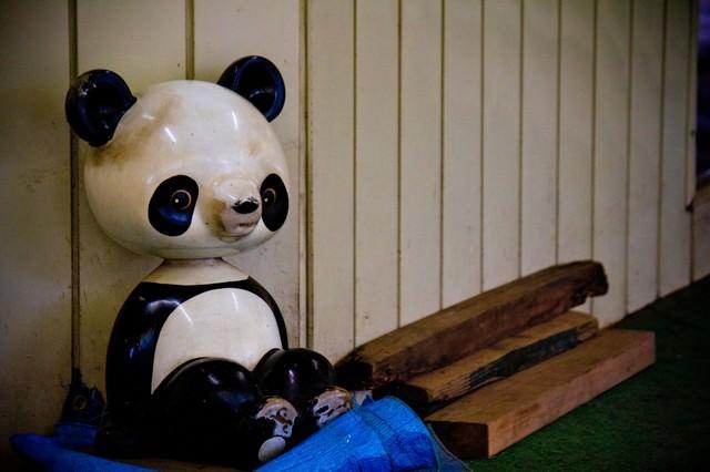 廃材と虚ろなパンダの遊具の写真