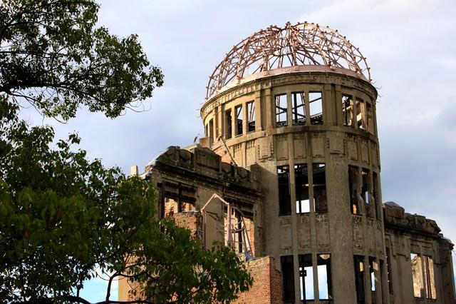 夕日を背に受ける原爆ドームの写真