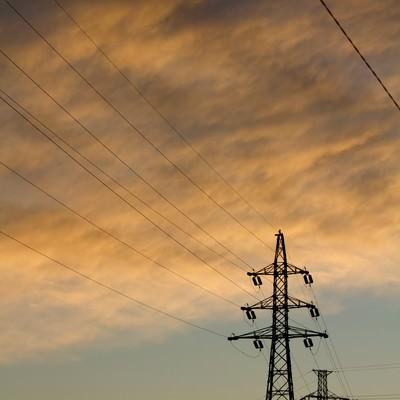 「夕焼け雲と鉄塔」の写真素材