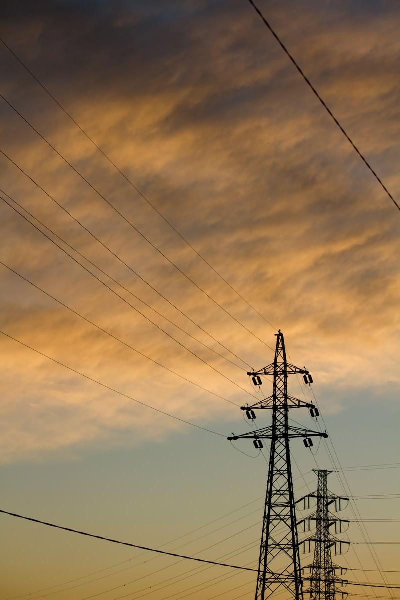 「夕焼け雲と鉄塔」の写真