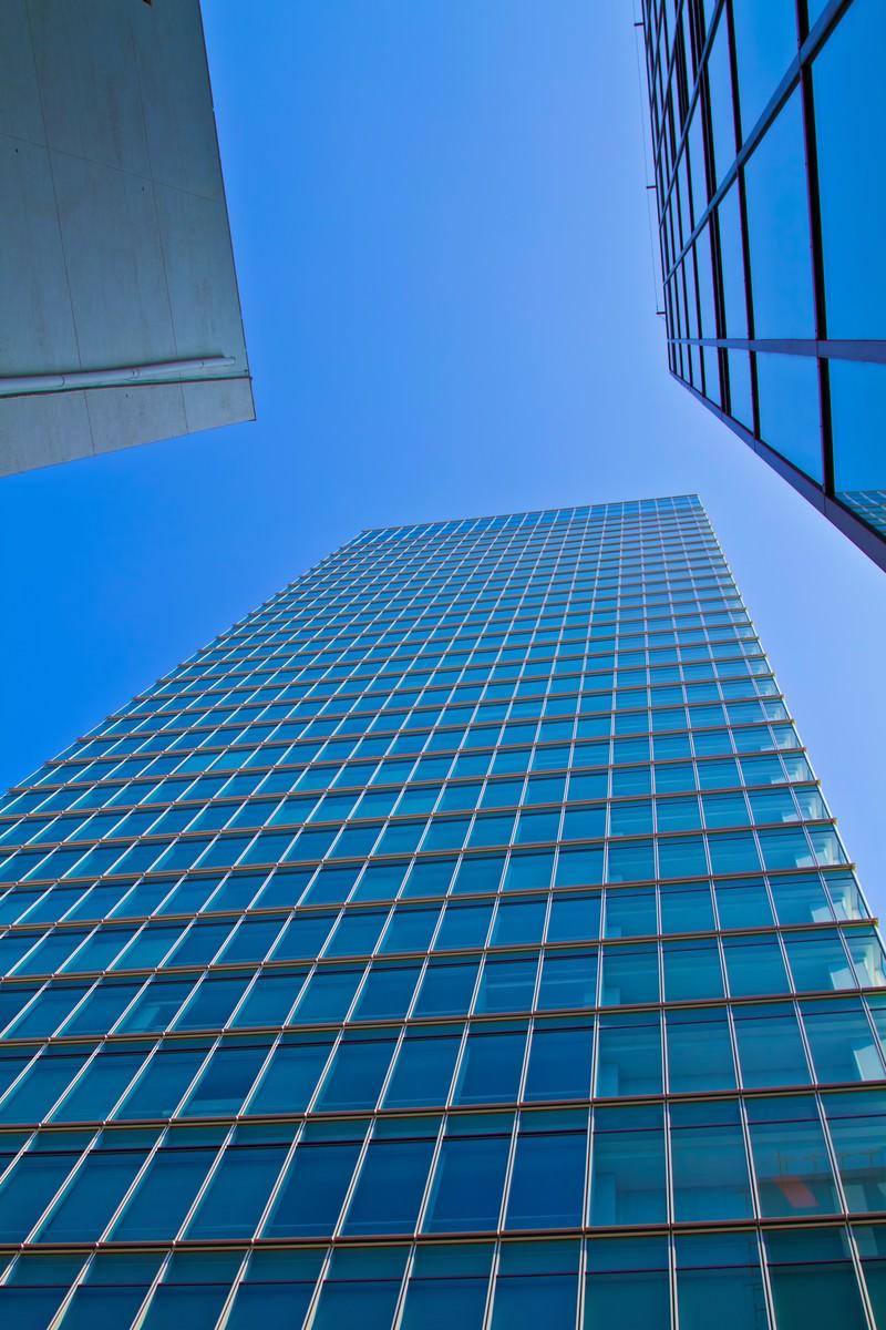 「青空とビル青空とビル」のフリー写真素材を拡大