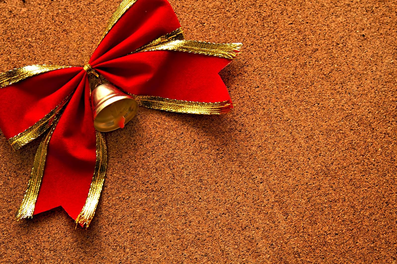 「コルクボードと赤いリボン」の写真