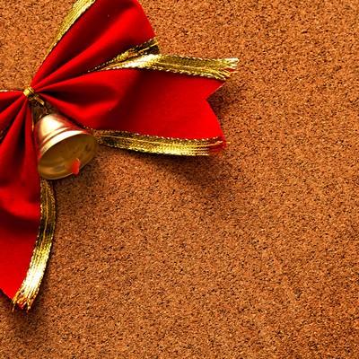 「コルクボードと赤いリボン」の写真素材