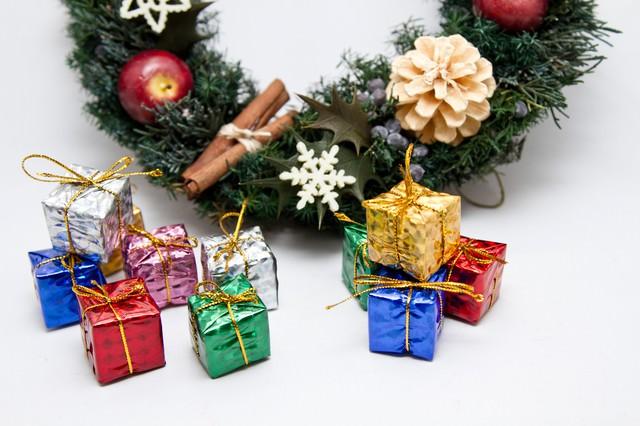 クリスマス用飾りとプレゼントの写真