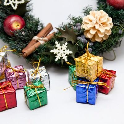 「クリスマス用飾りとプレゼント」の写真素材