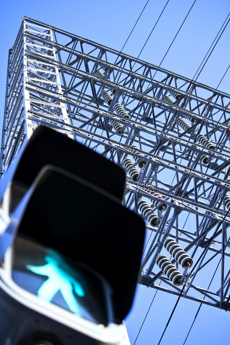 「歩行者信号と送電線」の写真