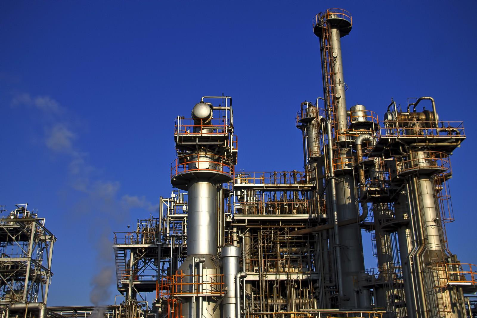 「青空と工業地帯の工場」の写真