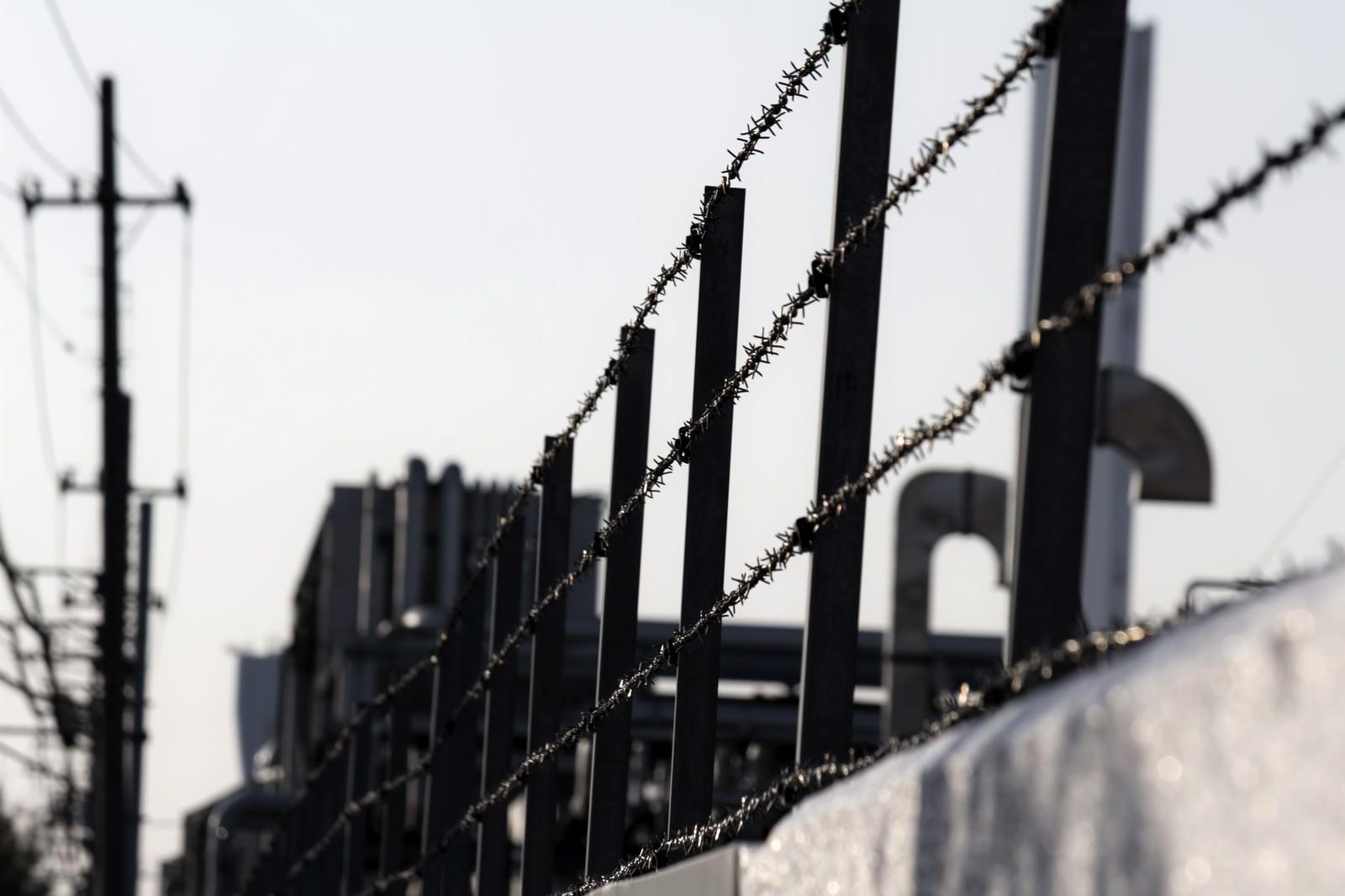 「工場と有刺鉄線」の写真