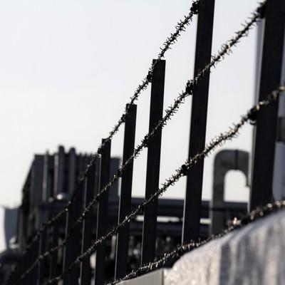 「工場と有刺鉄線」の写真素材