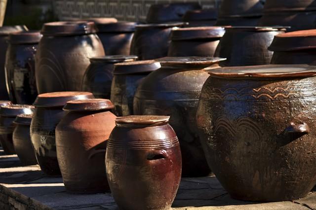 並べられた壺の写真