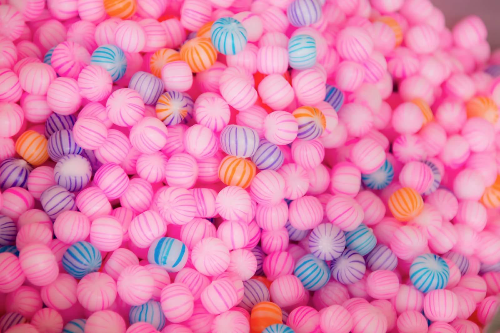 「ピンク色の丸い飴」の写真