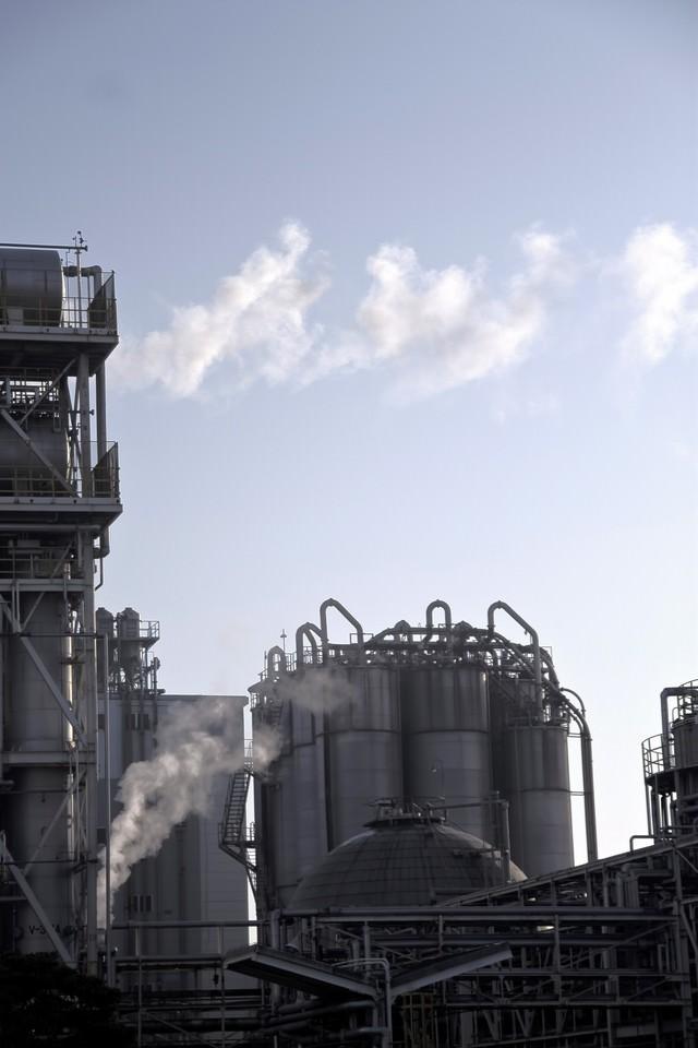 水蒸気の排気と工場の写真