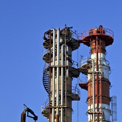 「建ち並ぶ工場の煙突」の写真素材