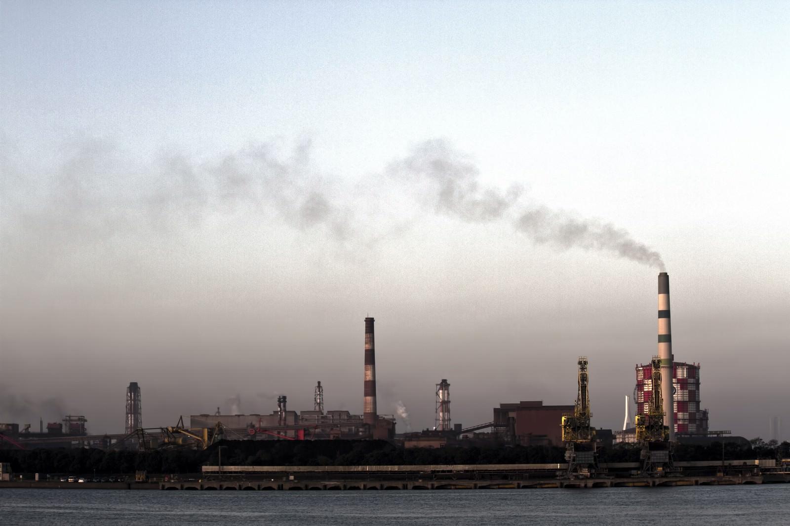 「禍々しい空と対岸の工場」の写真