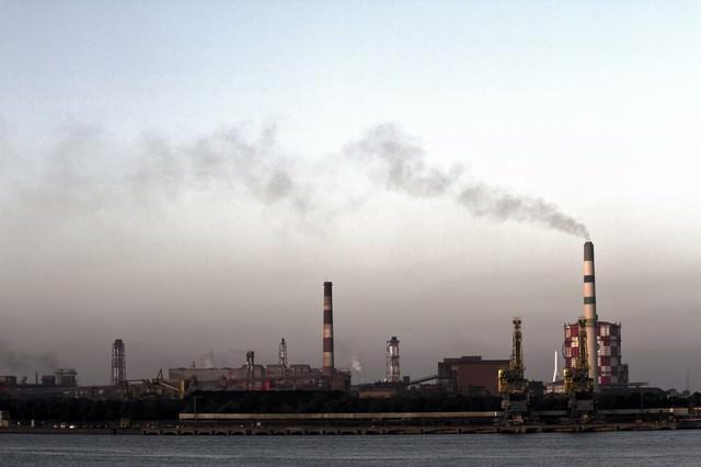 禍々しい空と対岸の工場の写真