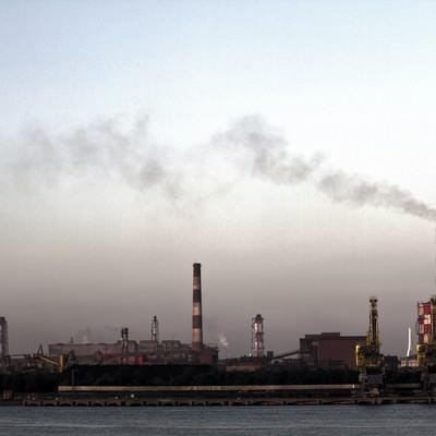 「禍々しい空と対岸の工場」の写真素材