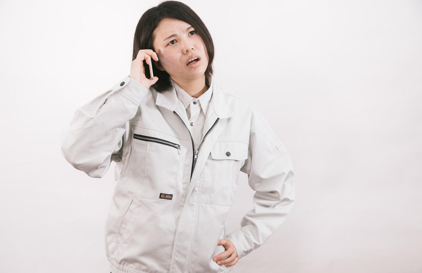 「納期遅れて電話越しに怒鳴る現場監督(女性)」[モデル:佐竹PP]