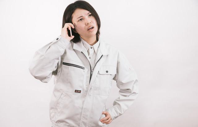 納期遅れて電話越しに怒鳴る現場監督(女性)の写真