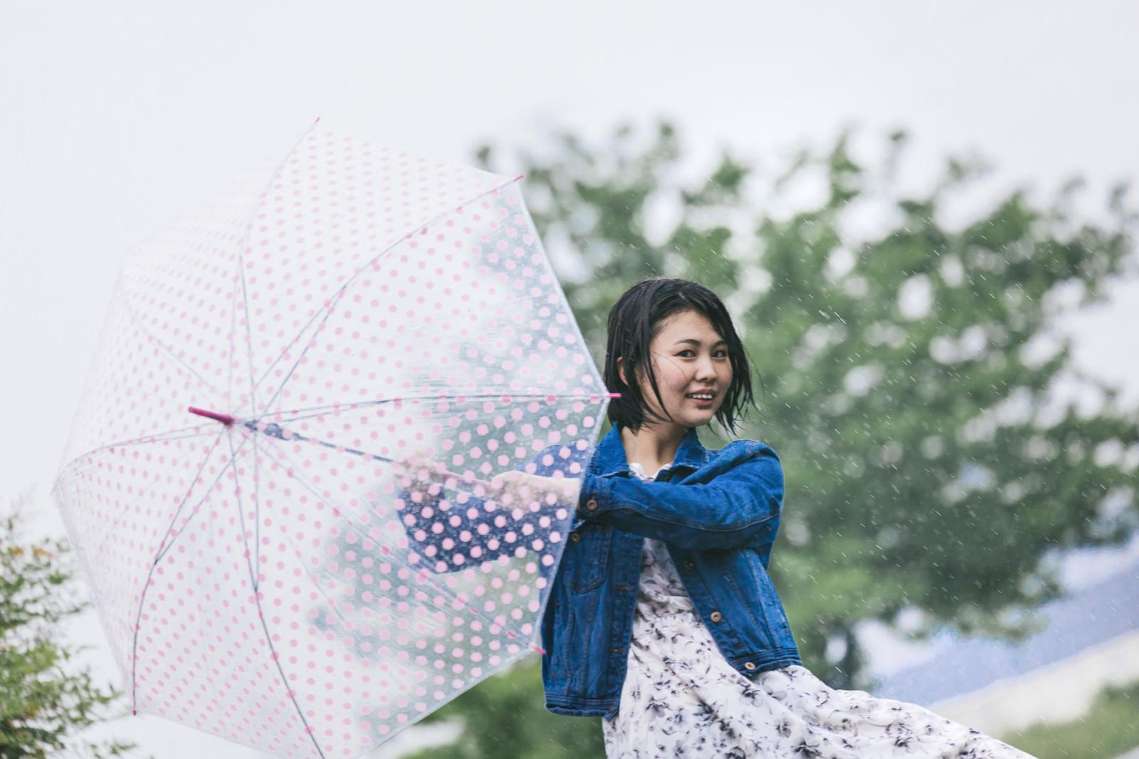「雨に唄えば女子雨に唄えば女子」[モデル:佐竹PP]のフリー写真素材を拡大