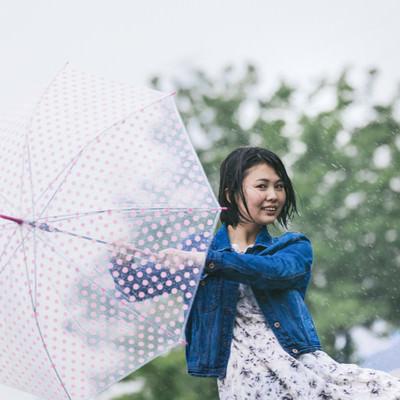 「雨に唄えば女子」の写真素材