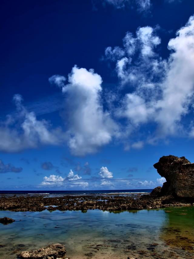 沖縄の透き通る海と青い空の写真