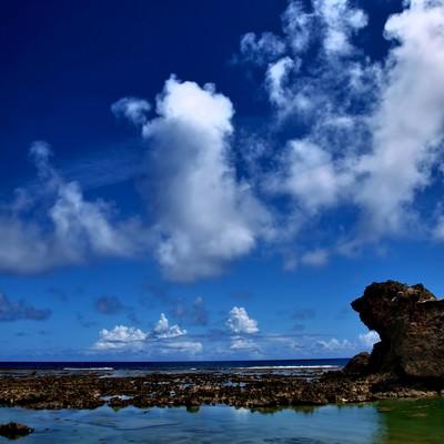 「沖縄の透き通る海と青い空」の写真素材