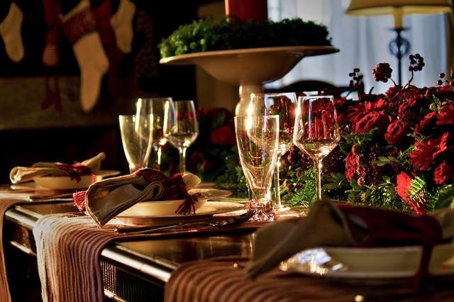 赤い薔薇とテーブルセッティングの写真