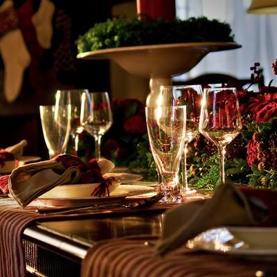 「赤い薔薇とテーブルセッティング」の写真素材
