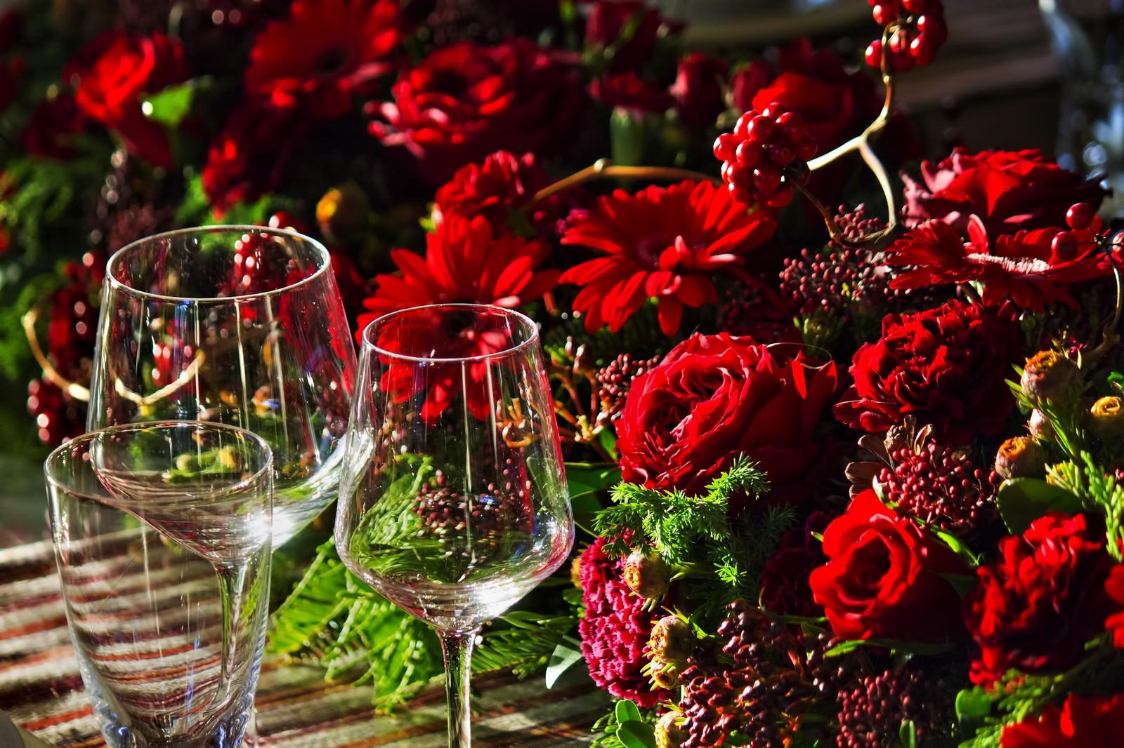 「赤い薔薇とワイングラス」の写真