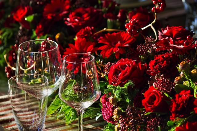 赤い薔薇とワイングラスの写真