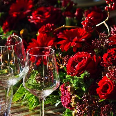 「赤い薔薇とワイングラス」の写真素材