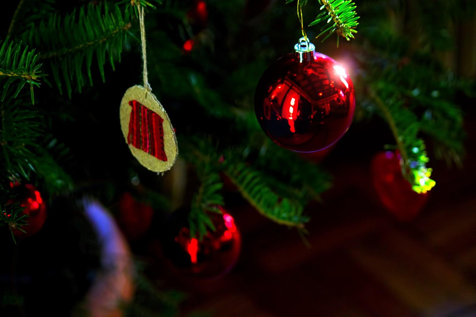「クリスマスツリーの赤い飾り」の写真