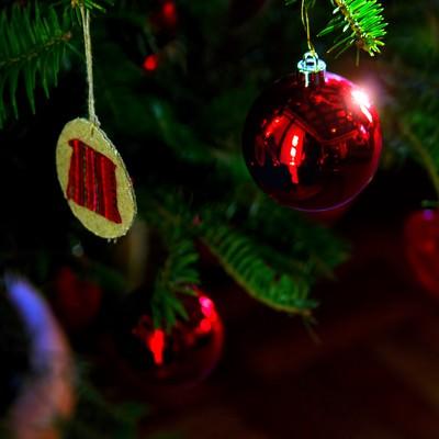 クリスマスツリーの赤い飾りの写真