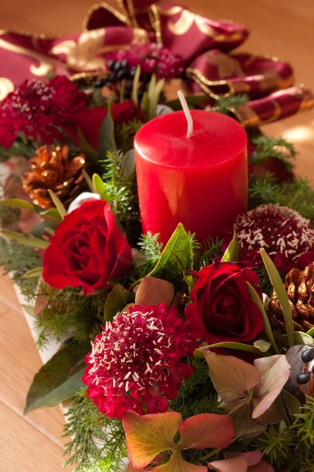 大きな赤い蝋燭と薔薇の写真