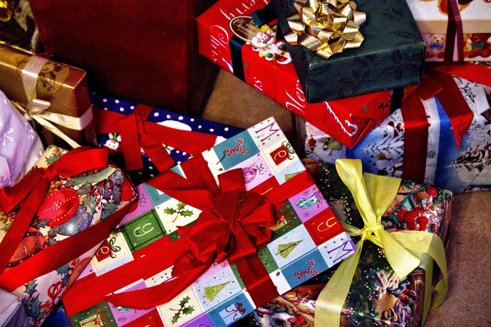 「赤いリボンのクリスマスプレゼント」の写真