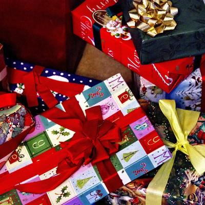 赤いリボンのクリスマスプレゼントの写真