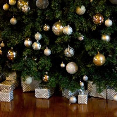 クリスマスツリーとプレゼントの写真