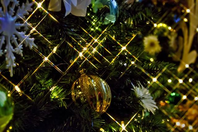 輝くクリスマスツリーの飾りの写真