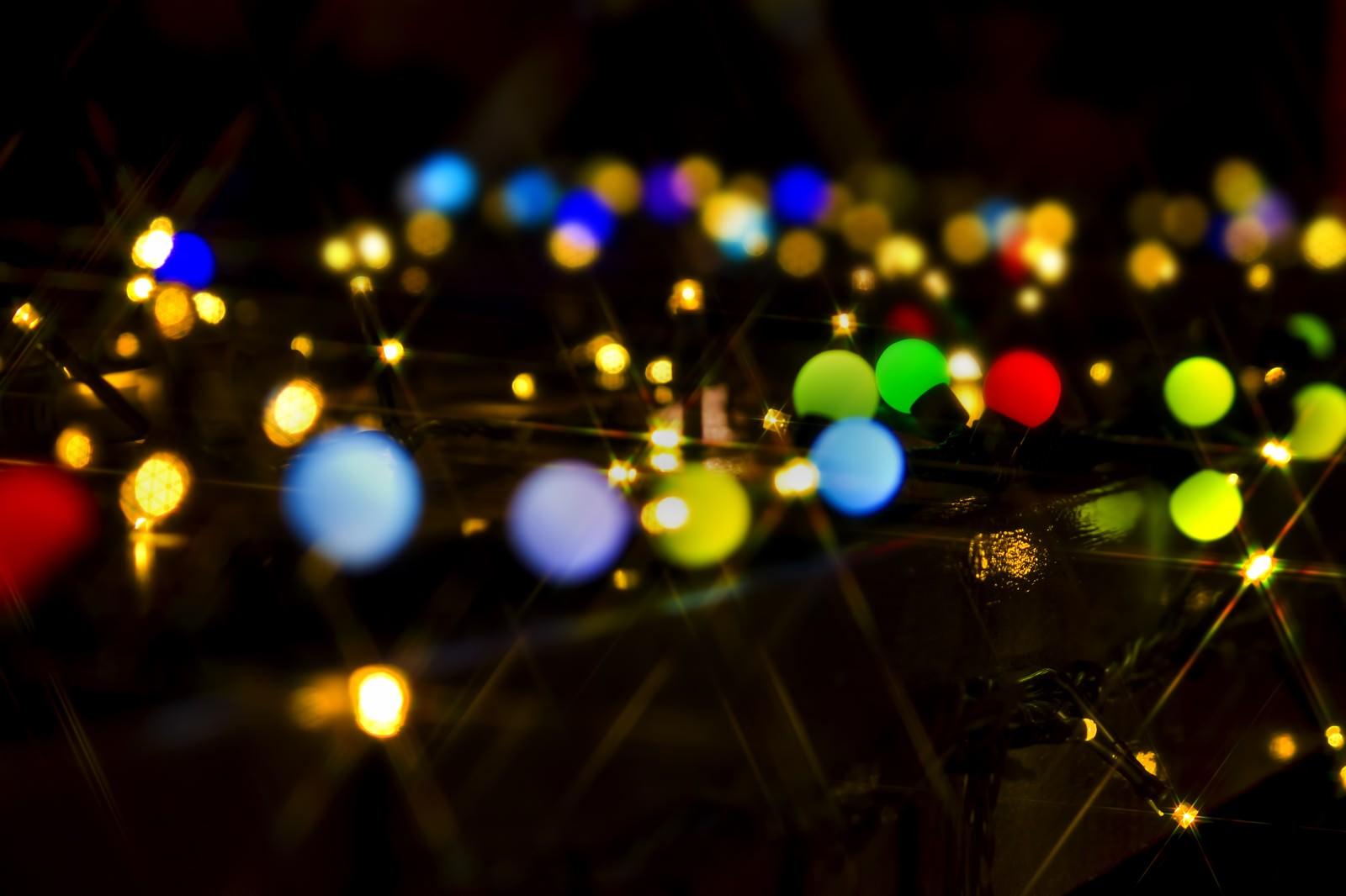 「カラフルな電球とイルミネーション」の写真