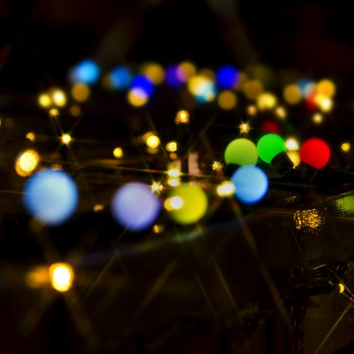 「カラフルな電球とイルミネーション」の写真素材