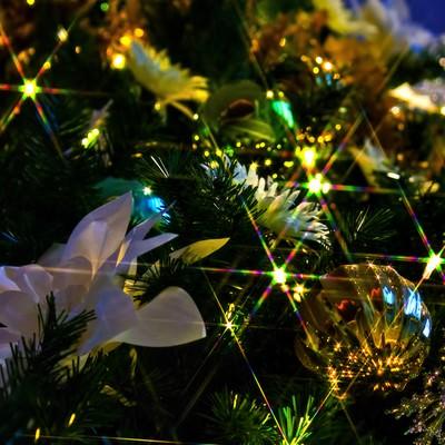 「輝くクリスマスツリーの飾り」の写真素材