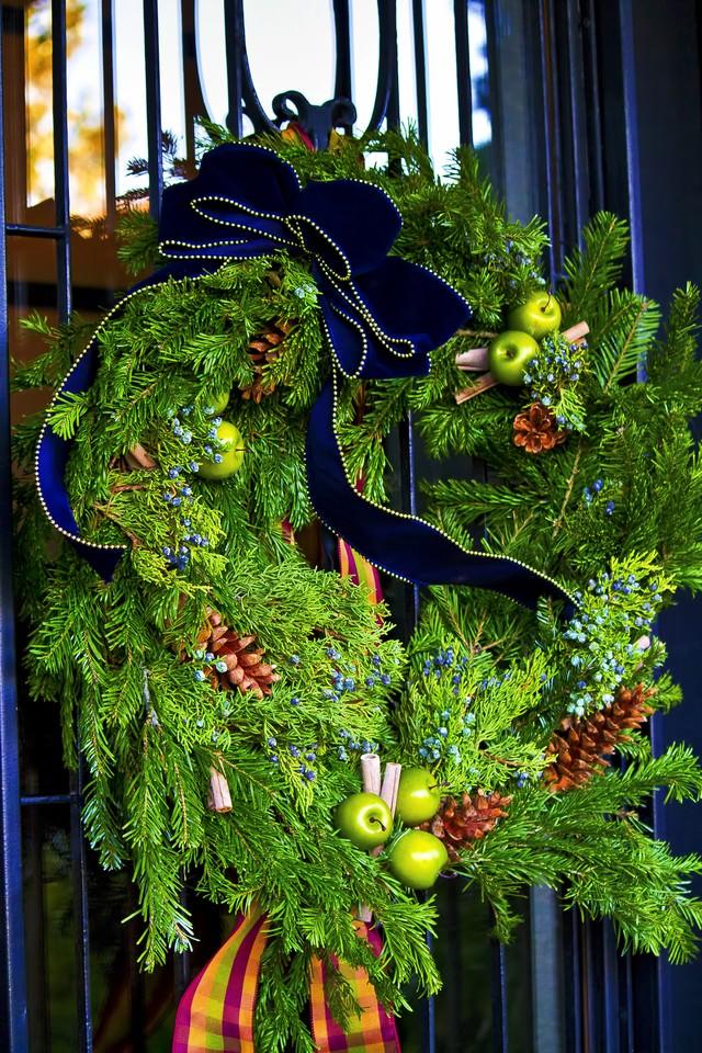門の前に飾られたクリスマスリースの写真
