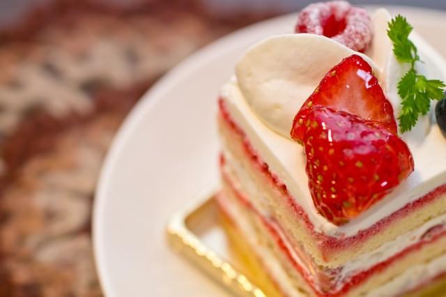 四角い苺のショートケーキの写真